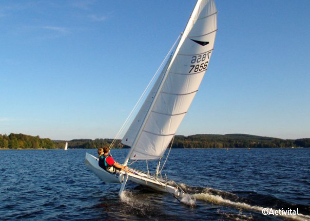 Catamaran sur le Lac des Settons