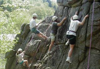 Escalade d'un rocher à Dun les Places